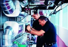 Facility Management_Männer bei der Arbeit_Hochtief Solutions