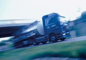 Fahrender LKW mit Tankauflieger, Bewegung