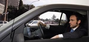 Überbreiter Anhänger kollidiert mit geöffneter Tür eines Pkw