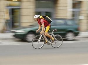 Geisterfahrende Radlerin verliert Recht auf Vorfahrt nicht