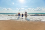 Familie im Urlaub am Strand