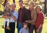Familie mit Grosseltern und zwei Kindern, Halbportraet