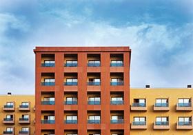 Farbige Fassaden einer modernen Wohnanlage