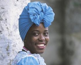 Farbige Frau mit Kopftuch