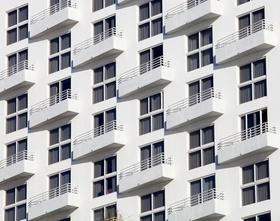 Fassade Haus Apartments Balkone weiß
