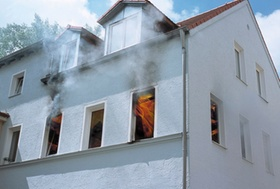 Fenster mit Rauchschwaden