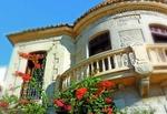 Ferienhaus mit Blumen vorm Balkon