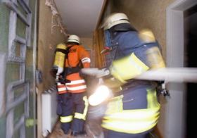 Feuerwehr, Vorruecken an Brandort in Wohnhaus