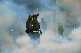 Feuerwehrmänner in Rauchschwaden