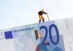 Figürchen läuft mit Gehstock auf 20-Euro-Schein