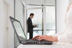 Finanzamt-Computer-und-Mensch