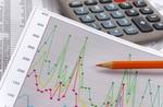 Finanzen mit Chart, Zahlentabelle, Rotstift und Taschenrechner