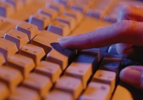 Finger auf der Tastatur