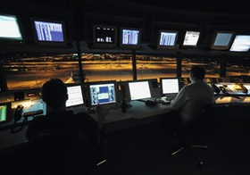 Fluglotsen im Tower, nachts, Flughafen München