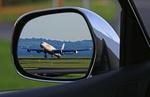 Flugzeug im Autospiegel