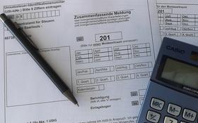 Formular Zusammenfassende Meldung mit Taschenrechner und Kuli