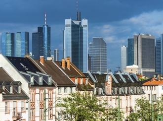 Frankfurt Kontrast Altbauten und moderne Hochäuser