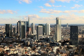 Frankfurt Skyline blauer Himmel und Wolken