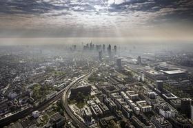 Frankfurt Skyline Luftbild Gewitterwolken Sonnenstrahl