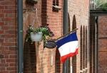 Französiche Flagge idyllisch kleine Stadt