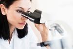 Frau am Mikroskop