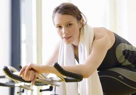 Frau auf Spinning-Rad beim Training