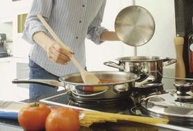 Frau beim Kochen am Herd