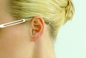 Frau, blond, mit Sonnenbrille, Portraet seitlich