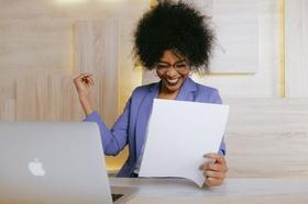 Frau freut sich über Dokument