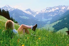 Frau-genießt-Alpenpanorama