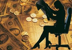 Frau im Bürostuhl lesend mit Geld im Hintergrund