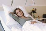 Frau im Krankenbett
