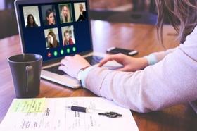 Frau in Videokonferenz