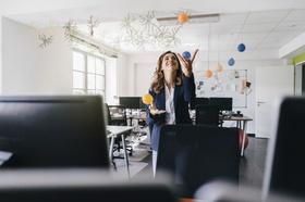 Frau jongliert im Büro