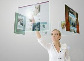Frau klickt auf virtuellen Screen