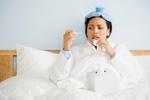 Frau krank im bett