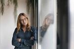 Frau lehnt an Fenster (1)