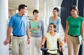 Frau mit Behinderung auf dem Gang mit Kollegen