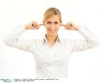 Frau mit Fingern in den Ohren