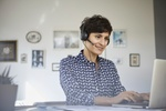 Frau mit Headset im Homeoffice