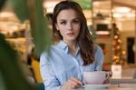 Frau mit Kaffee an Tisch
