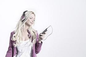 Frau mit Kopfhörer und Handy