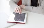 Frau mit Rechnungsübersicht auf Tablet (2)