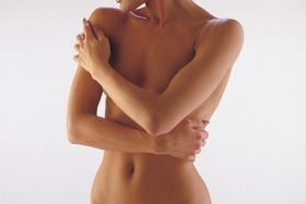 Frau mit verschränkt Arme vor nackter Brust