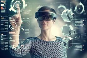 Frau mit VR-Brille arbeitet an transparentem Touchscreen