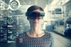 Frau mit VR-Brille blickt zuversichtlich in die Kamera