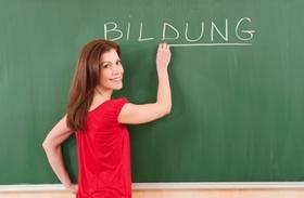 Frau schreibt Wort Bildung an eine Tafel