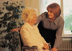 Frau spricht mit Großmutter