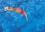 Frau springt in Schwimmbecken