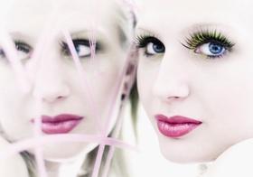 Frau, stark geschminkt, vor Spiegel, Portraet